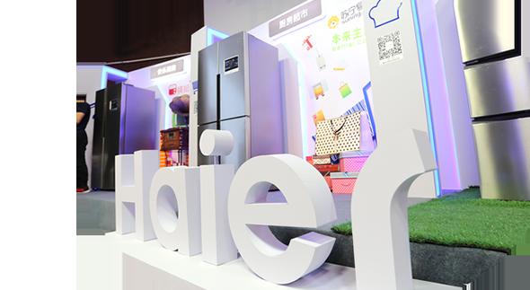 海尔馨厨冰箱是一款三门冰箱,总容量达到了251升,其中冷藏室的容积达到了152升,采用风冷的制冷方式也能有效防止冰箱内壁出现结霜的情况,最大的亮点是这款冰箱在前面板嵌入了一个触摸屏,按键和智能化功能都集成在这块触摸屏上,这个新鲜的功能设计也让我们对这款冰箱充满期待.